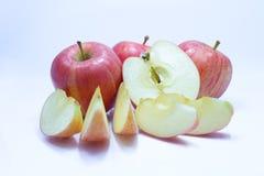 Красное яблоко с лист и куском Стоковые Изображения