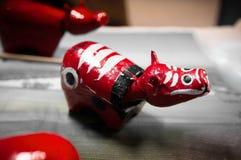 Красное Akabeko, традиционная игрушка коровы mache японской бумаги Стоковое Фото