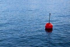 Красное bouy на спокойном озере Стоковое Фото