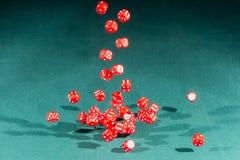 30 красное dices падать на зеленую таблицу стоковые изображения
