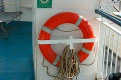 Красное lifebuoy прикрепленное к металлическому держателю Стоковая Фотография RF