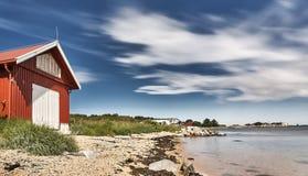 Красное rorbu на пляже Стоковое Изображение RF