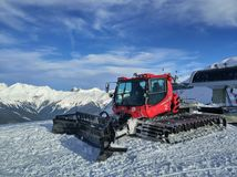 Красное snowcat на горах Стоковые Изображения RF