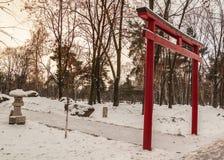 Красное torii в японском саде в Киеве Стоковое Изображение RF