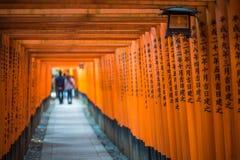 Красное Torii святыни Fushimi Inari, Киото, Японии Стоковая Фотография