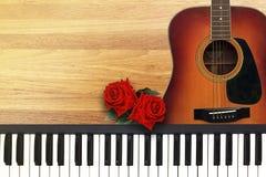 2 красной розы с романтичным песня о любви валентинки Стоковая Фотография RF
