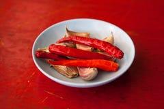 Краснокалильные перцы и чеснок chili Стоковая Фотография RF