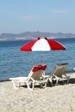 Красно-белые салоны зонтика и фаэтона пляжа на пляже  Стоковое фото RF