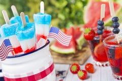 Красно-бел-и-голубые popsicles на внешней таблице Стоковое фото RF