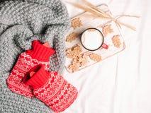Красно- горячеводные бутылки на кровати стоковая фотография