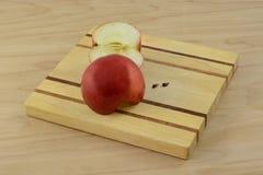 Красно- половины очень вкусного яблока и семена яблока Стоковые Фотографии RF