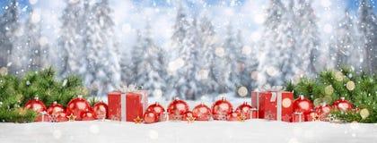Красные безделушки и подарки рождества выровнялись вверх по переводу 3D иллюстрация штока