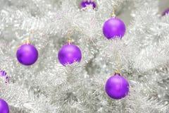 Красные безделушки на серебряной искусственной рождественской елке Стоковое Изображение RF