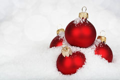 Красные безделушки на снеге стоковое фото rf