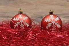 Красные безделушки рождества в красной сусали Стоковое Изображение RF