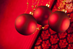 Красные безделушки рождества на абстрактной предпосылке Стоковое Изображение RF