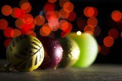 Красные безделушки рождества с свечой в темноте Стоковое фото RF