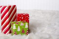 Красные, белые и зеленые подарки на рождество стоковые фотографии rf