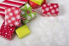 Красные, белые и зеленые подарки на рождество стоковое изображение