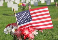 Красные белые голубые цветки мамы и маргаритки с Днем памяти погибших в войнах флага Соединенных Штатов Стоковое фото RF