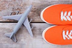 Красные ботинки и самолет игрушки Стоковые Фотографии RF