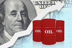 Красные бочонки масла с белой стрелкой вверх Принципиальная схема нефтедобывающей промышленности Повышение оценивает диаграмму стоковые изображения rf