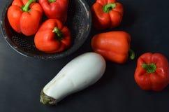 Красные болгарские перцы и белый баклажан Стоковые Фото
