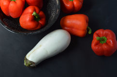 Красные болгарские перцы и белый баклажан Стоковая Фотография
