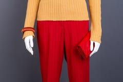 Красные брюки, бумажник и браслет стоковое изображение