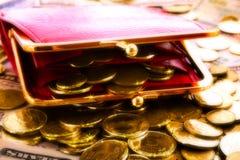 Красные бумажник и монетки женщины Стоковое Изображение