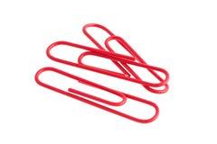 Красные бумажные зажимы изолированные на белой предпосылке стоковые фото