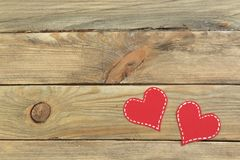 Красные бумажные сердца на деревянной предпосылке Валентайн дня s скопируйте космос Взгляд сверху Стоковое фото RF