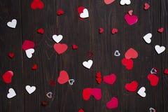 Красные бумажные сердца на деревянной предпосылке Стоковые Изображения