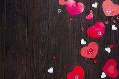 Красные бумажные сердца на деревянной предпосылке Стоковое Изображение