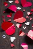 Красные бумажные сердца на деревянной предпосылке Стоковые Изображения RF