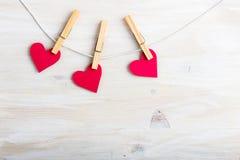 Красные бумажные сердца вися на строке Стоковые Изображения RF
