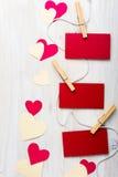 Красные бумажные сердца и смертная казнь через повешение листа на строке Стоковое Изображение