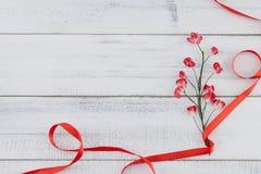 Красные бумажные цветки с ветвью и красная лента Стоковые Фотографии RF