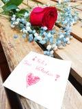 Красные валентинки подняли на деревянную предпосылку с поздравлением на бумаге от очень близко показывать счастливые валентинки стоковые изображения rf