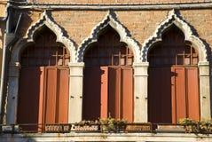 Красные венецианские окна, Италия Стоковые Фотографии RF