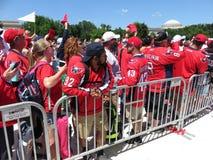 Красные вентиляторы Shirted на ралли на национальном моле Стоковые Фото