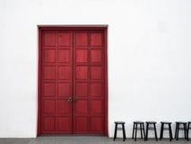 Красные дверь и стулья Стоковое Изображение RF