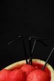 Красные ветроуловители арбуза с соломами на черной предпосылке Здоровый, свежий и красивый арбуз Вкусные соки лета скопируйте кос Стоковое Изображение RF