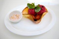 Красные ветроуловители мороженого с шаром вафли Стоковое Изображение
