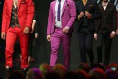 Красные взлётно-посадочная дорожка модного парада красивые и розовые костюмы Стоковое Фото