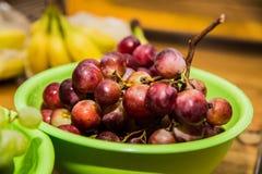 Красные виноградины на деревянном столе Стоковые Фотографии RF