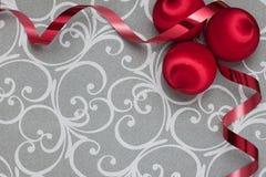 Красные винтажные орнаменты с лентой на серебре Стоковое Изображение RF