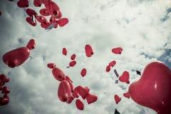 Красные воздушные шары в небе Стоковые Изображения RF
