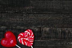 Красные возлюбленн и деревянный стол Стоковые Фотографии RF
