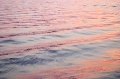 красные волны захода солнца отражения стоковые изображения